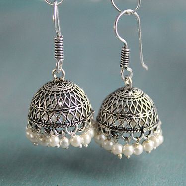 Boucles d'oreilles indiennes Jhumka tradition blanches