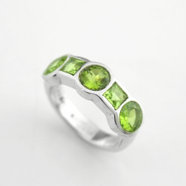 Indian silver ring and peridots S7.5