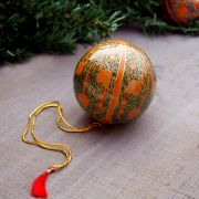 Boule de Noël indienne artisanale orange et bleue